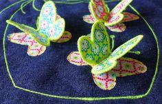 """Letzte Woche habe ich Euch hier gezeigt, wie ich die Schmetterlingstasche für das Oda-Kleid gemacht habe. Heute zeige ich Euch, wie Ihr die Applikationen nachmachen könnt.  Die Glitzertexte """"Wünsche"""" und Tinas Wunsch"""" sind aus einer glitzernden Flex-Folie geplottet und anschliessend aufgebügelt. Wer keinen Schneideplotter hat, kann die Schriftzüge mit ganz ruhiger Hand mit einem Künstlermess ..."""