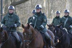 Dortmund: Staffelführer Roman Leyendecker (links) führt seine Reiter durch den Rombergpark.