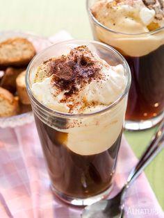 Malzkaffee + Trinkschokolade + Milch + Vanilleeis = eiskaltes Trinkvergnügen | #Alnatura #Kinderrezepte #KochenMitKindern #Eiskaffee #cookingwithkids