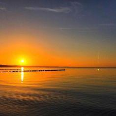 Sonnenuntergang am Strand von Glowe. Danke @mrs._steffi_ für dieses tolle Bild!    Tagt Eure besten Strand- und Inselfotos mit #lanautique. Wir veröffentlichen täglich unsere Favoriten. Ahoi! ------------------------ #nordsee #ostsee #küste #meer #urlaub #insel #amrum #wangerooge #juist #borkum #rügen #fehmarn #sanktpeterording #baltrum #norderney #sylt #föhr #langeoog #sonnenuntergang #sonne #glowe #strand | #meer #mode #küste #nordsee #ostsee