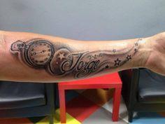 Tatuaje de un reloj, estrellas y un nombre