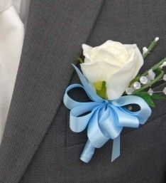 A grooms artificial Wedding buttonhole with a ivory classic rose, a green ivy leaf, a small loop of bear grass and two stems of white heather. Flower Girl Bouquet, Calla Lily Bouquet, Blue Bouquet, Flower Corsage, Flower Bouquet Wedding, Bridal Bouquets, White Rose Boutonniere, Prom Corsage And Boutonniere, Corsage Wedding