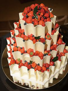 Wedding cakes fruit chocolate for 2019 Amazing Wedding Cakes, Unique Wedding Cakes, Amazing Cakes, Baking School, Traditional Wedding Cakes, Fancy Desserts, Strawberry Cakes, Baking And Pastry, Wedding Cake Inspiration