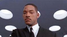 Анимация Мужчина пытается, как герои фильма Люди в черном, актеры Уилл Смит и Томми Ли Джонс, надеть очки, но попадает себе в глаз