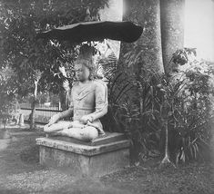 Arca Jawa-Hindu Awalokiteswara di taman rumah karesidenan di Yogyakarta 1888