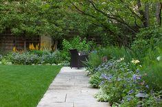 Hoerr Schaudt Сад в Lincoln Park Garden Design Calimesa Чикаго, штат Калифорния Garden Landscape Design, Garden Landscaping, Lincoln, Clark Gardens, Chicago, Paved Patio, Purple Garden, Green Garden, Backyard Patio Designs