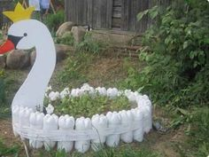 Wood craft with recycled painted bottles. Plastic Bottle Planter, Plastic Bottle Crafts, Plastic Bottles, Tire Garden, Bottle Garden, Garden Art, Garden Archway, Garden Trellis, Bottle Painting