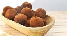 These are the creamiest raw chocolate truffles ever! These avocado-date chocolate truffles are not only extremely delicious but healthy too! Healthy Sweet Treats, Healthy Desserts, Raw Food Recipes, Dessert Recipes, Raw Chocolate, Chocolate Truffles, Healthy Christmas Recipes, No Bake Snacks, How To Eat Less