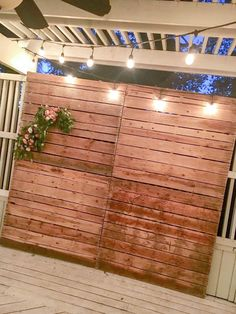 A pallet wall photo backdrop is perfect for any party or celebration. All you need to create this simple DIY photo backdrop is four pallets and some flowers Pallet Backdrop, Diy Photo Backdrop, Diy Pallet Wall, Pallet Walls, Wall Backdrops, Diy Wall, Wedding Backdrops, Wedding Decorations, Pallet Wood