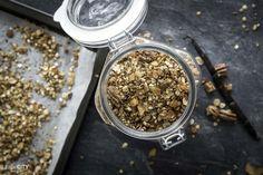 Knuspermüsli ist ganz einfach und schnell selbst gemacht. Ohne Zucker, Zusatzstoffe und mit genau den Müsli Zutaten, welche man mag. Jetzt Rezept entdecken!