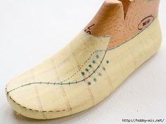 Risultati immagini per mocassin sketch Doll Shoes, Kid Shoes, Shoe Boots, Make Your Own Shoes, How To Make Shoes, Sewing Slippers, Doll Shoe Patterns, Shoe Sketches, Mens Designer Shoes
