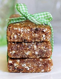 Learn how to make your own Homemade Larabars in your kitchen, with recipes for different flavors (gluten-free, paleo, no-added-sugar, & vegan) Healthy Recipes, Healthy Treats, Whole Food Recipes, Snack Recipes, Dessert Recipes, Bar Recipes, Healthy Desserts, Homemade Larabars, Patisserie Sans Gluten