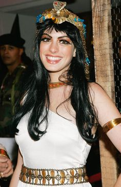 Pin for Later: Get Some Halloween Inspiration With Amazing Celebrity Costumes! Anne Hathaway was Cleopatra at Heidi Klum's 2004 Halloween party. Most Popular Halloween Costumes, Best Celebrity Halloween Costumes, Homemade Halloween Costumes, Halloween Party, Halloween Outfits, Halloween Scene, Halloween Fashion, Couple Halloween, Halloween 2017