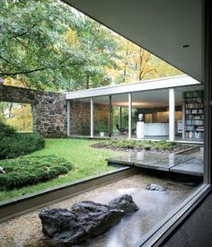 Mid century modern architecture - Hooper House II by Marcel Breuer. Breuer's Hooper House II in Baltimore, Maryland proves that wonderfully natural materials, like these flagstones used in the walls, are perfectly at home in Bauhaus geometry. Modern Backyard Design, Patio Design, Casa Patio, Casas Containers, Courtyard House, Indoor Courtyard, Modern Courtyard, Mid Century House, Exterior Design