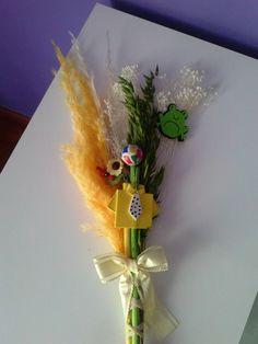Palmas para el día de ramos hechas a mano decoradas con fieltro y goma eva.. bonitas y originales color amarilla