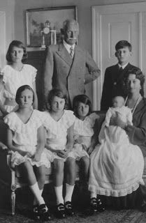 And then there were 6.  Crown Prince Rupprecht and Crown Princess Antonia of Bavaria with their complete family.  Standing:  Princess Irmingard, the Crown Prince, and Prince Heinrich.  Sitting:  Princess Editha, Princess Hilda, Princess Gabrielle, and baby Princess Sophie, held by her mother, the Crown Princess.