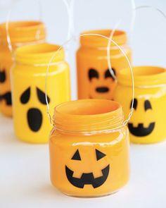 diy deco table halloween lanterne bocal Diy Halloween, Halloween Mason Jars, Mason Jar Diy, Mason Jar Crafts, Holidays Halloween, Halloween Decorations, Halloween Candles, Halloween Costumes, Halloween Lighting