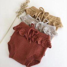 Erantis Bloomers – Knitting for Sif Knitting For Kids, Baby Knitting Patterns, Crochet For Kids, Baby Patterns, Crochet Patterns, Knitting Stitches, Knitted Baby Clothes, Cute Baby Clothes, Baby Kimono