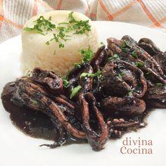 Con esta receta de calamares en su tinta puedes preparar también los chipirones o los chocos. La receta es muy sencilla.