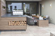 moderne Outdoorküche mit gemütlicher Sitzecke im Elegance 136 W in der Blauen Lagune Modern, Patio, Interior Design, Outdoor Decor, House, Home Decor, Blue Lagoon, Lounge Seating, Porches