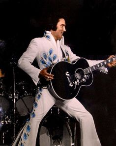 Elvis on stage Elvis Presley Memories, Elvis Presley Photos, Country Boys, Country Music, Rock And Roll, 40 Years Ago Today, Memphis Mafia, Linda Thompson, Elvis In Concert