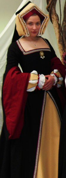 I TOTALLY want this so I can look like the Queen of Hearts! LABEL: Tudor Period Gown by ~littlesister327 on deviantART