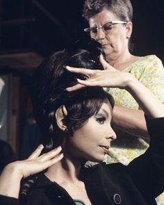Star Trek behind the scenes: Arlene Martel getting into makeup for Amok Time