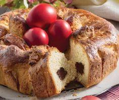 Φανταστική λαμπροκουλούρα τσουρέκι με πραλίνα. Στολίστε την με κόκκινα αυγά και σερβίρετέ την παραδοσιακά στο τραπέζι της Ανάστασης! Greek Easter, Easter Recipes, Easter Ideas, Food Categories, Sweet Recipes, French Toast, Bread, Breakfast, Morning Coffee
