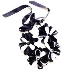 Beuatiful necklace black and white with Flowers all around the neck