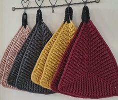 Trekantet grydelap - Frøken Mai Crochet Kitchen, Crochet Home, Knit Crochet, Baby Knitting Patterns, Hand Knitting, Crochet Patterns, Yarn Crafts, Diy And Crafts, Crochet Potholders