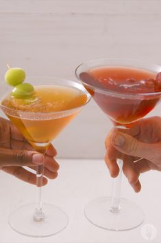 Rooibos Appletinis 2 Ways - Foodies of SA - Rooibos Appletinis 2 Ways Take your summer drinks from casual to CLASSY with these delicious rooibos appletinis🍸 - Salad Presentation, Vodka Lime, Lime Juice, Frozen Grapes, Skewer Recipes, Margarita Recipes, Molecular Gastronomy, Greek Recipes, Summer Drinks