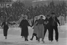 During a break at the World Allround Speed Skating Championships for men in 1969, local people demonstrated their skating abilities while wearing folk costumes. #volendam #greetingsfromnl