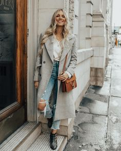 Trenchcoat, zerrissene Jeans und Boots – ein echt trendiger Look, der leicht nac… Trench coat, ripped jeans and boots – a really trendy look that's easy to style! Fashion Mode, Look Fashion, Trendy Fashion, Womens Fashion, Fashion Trends, Fall Fashion, Fashion Black, Fashion Ideas, Vintage Fashion