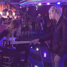AWWWW!! He's teaching her how to play guitar!!! S'cute!!!