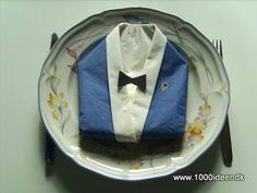 """Det kan være svært at finde pynt til en drengekonfirmation – her har vi foldet servietten tilen jakke/blazer.Der skal bruges 2 farver servietter – her er anvendt blå og hvid. Fold den yderste serviet på midten til en trekant med den farve serviet, der skal være jakken. Fold """"skjorteservietten"""" på samme måde og fold en kant på ca1½ cm langs den lange kant. Læg denne serviet ind i """"jakke-servietten"""" så kanten bukkes om den lange side af jakke-servietten. Læg servietten så den rette spids på… Fathers Day, Tapas, Blazer, Bruges, Napkins, Blazers, Father's Day"""