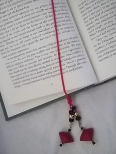 simple elastic band & beads bookmark; tied with adjustable slide knot  #DIY #bead