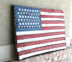 How to make a flag out of a pallet. This DIY tutorial is easy and cheap PLUS as an added bonus, it is SO CUTE!