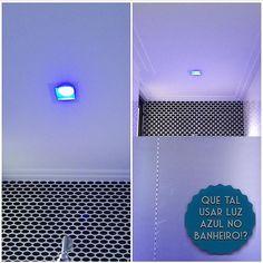 """Cromoterapia. Já ouviu falar? Pois bem, ela consiste na utilização de cores para promover nosso equilíbrio físico e emocional. Cada cor """"produz"""" um efeito e a cor azul é a que acalma e relaxa. Ou seja, tudo que a gente quer na hora do banho, né?! Por isso o AH! Indica a utilização da luz azul como uma das luzes do banheiro. 💙💦🌀🚾 #ahlaemcasa #projetoAH #cromoterapia #luzazul #acalmaerelaxa #banheiro #horadobanho"""