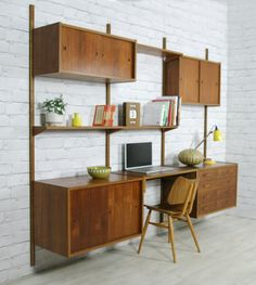 Another mid-century modern modular living room wall look with the built-in desk. Vintage modular PS wall system designed by Preben Sørensen for Randers. Mid Century Modern Decor, Mid Century Modern Furniture, Mid Century Design, Industrial Design Furniture, Furniture Design, Mid Century Wall Unit, Wall Shelving Units, Shelves, Modern Wall Units