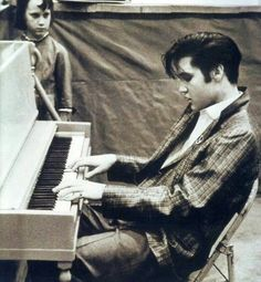 Image shared by Nina. Find images and videos about piano, Elvis Presley and elvis on We Heart It - the app to get lost in what you love. Lisa Marie Presley, Priscilla Presley, Musica Elvis Presley, Elvis Presley Photos, Rock And Roll, Recital, Young Elvis, Graceland, American Singers