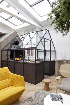 Créez une ambiance rétro dans votre pièce d'eau en transformant un bureau d'écolier en meuble vaque et un carrelage rétro, tout en bois et blanc...