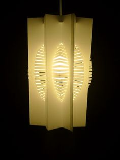 Ces Sculptures Lumineuses « Orilum » sont conçues dans l'esprit de l'art japonais du Kirigami qui associe pliages et découpes.  Les formes sont issues d'un processus de pliage et de découpage type pop-up et de jeux de lumières par les incisions pratiquées.  A partir d'organisation de plis de formes géométriques et de manipulations prédéterminées, la mise en tension de la matière, souvent du carton, bristol, ou du plastique en feuille tel du polypropylène, est différente, et les plis marqués…