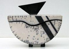 Boite demi lune raku Raku Pottery, Pottery Handbuilding, Antique Pottery, Pottery Art, Sculptures Céramiques, Small Sculptures, Ceramic Boxes, Ceramic Clay, Clay Box