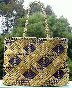 A good kete (Maori flax woven bag) will go with any resort outfit. Don't buy a Chinese fake, get a real one from New Zealand. Flax Weaving, Weaving Art, Weaving Patterns, Basket Weaving, Paper Weaving, New Zealand Flax, Maori Designs, Maori Art, Kiwiana