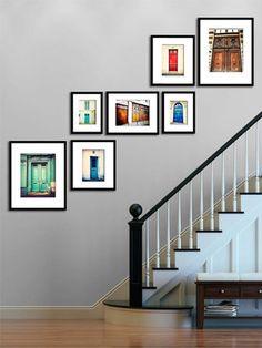 Quel tal decorar aquela parede que fica ao lado da escada? Pura elegância!
