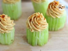 A nice appetizer for vegans, or not, very stylish ! Have this salted cupcake, a very nice way to introduce veggies during a dinner ! - Recipe Appetizer : Cupcakes with cucumber and hummus - video recipe ! by PetitChef_Official