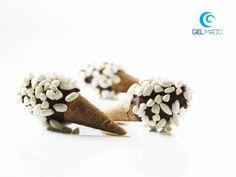 MINI-CONES WITH FIORDILATTE GELATO, CHOCOLATE AND PUFFED RICE: mini-cones with fiordilatte express gelato covered in dark chocolate and crunchy puffed rice.