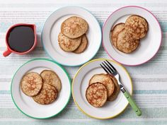 Get Two-Ingredient Easy Banana Pancakes Recipe from Food Network // 265 cal, protein in entire recipe - add protein Easy Banana Pancake Recipe, Banana Pancakes, Banana Recipes, Pancake Muffins, Buttermilk Pancakes, Gluten Free Pancakes, Gluten Free Banana, 3 Ingredient Pancakes, Kitchens