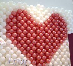 "Riesengroße Hochzeits-Ballonwand mit Herz. Feines Gimmik: silberner Schriftzug ""Love"" unten links. Schon gefunden? Balloon Tree, Fiction, Script Logo, Garlands, Newlyweds, Heart, Creative, Wedding"