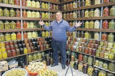 Totul a fost făcut cu mâinile mele. Canned Food Storage, Pantry Storage, Kitchen Storage, Home Canning, Canning Jars, Kitchen Organisation, Life Organization, Coffee Business, Root Cellar